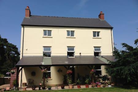 En-suite double room at Beaulieu Farm - Staunton