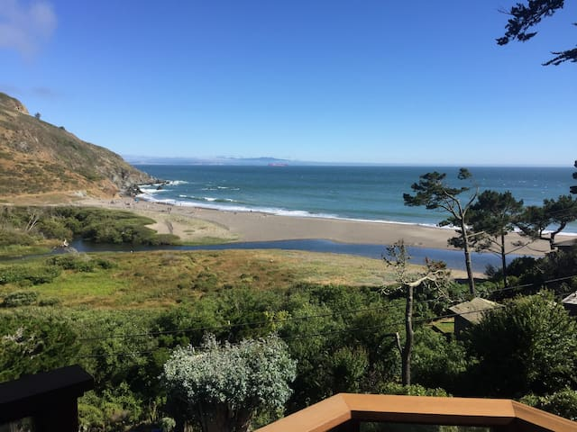 Peace of Paradise: beachfront views, 45-mins to SF