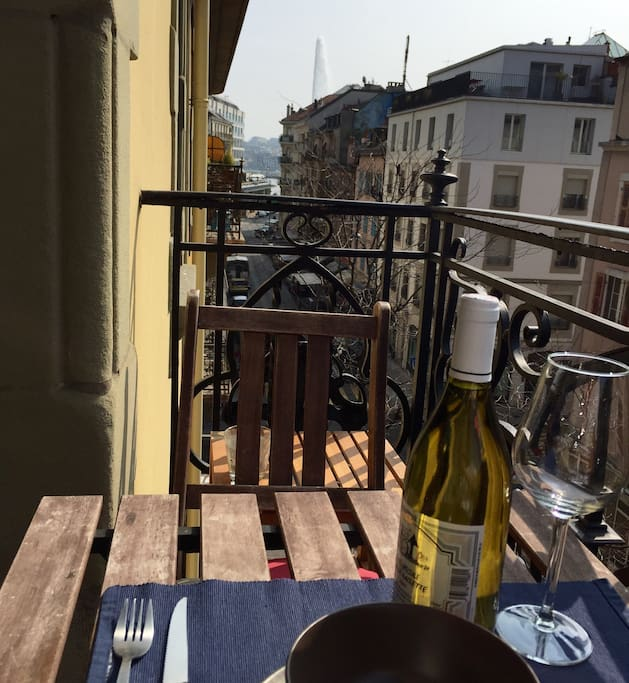 Small balcony where you can enjoy a nice meal in the summer and have a peek at the lake and the jet d'eau!