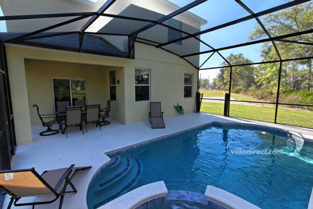 Sit under the shade of the lanai or soak in the sun on the deck loungers - or take a cooling dip in the crystal clear waters of this pool. It's your own slice of heaven in Orlando.