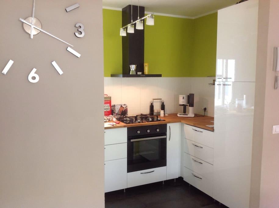 Kitchen, all integrated appliances. Keittiö, kaasuliedellä, sähköuunilla ja integroidulla jääkaapilla.