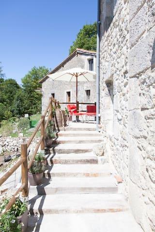 Charmantes Steinhäuschen - Ajanedo - House