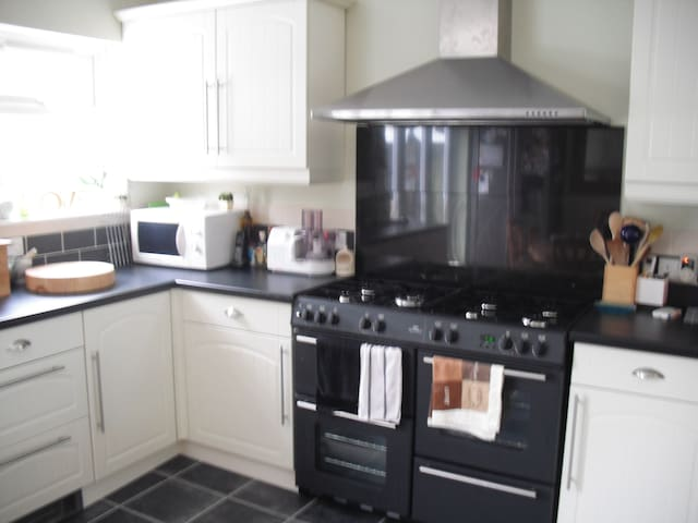 Small but comfy double room in Bromley garden view