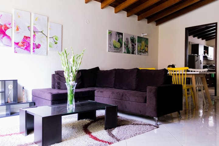 Big lovely House. Best Location Laureles Priv Room - Medellín - Rumah