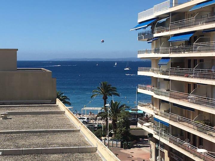 A 1 minute de la plage et déjeuner sur le balcon