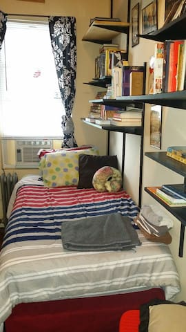 The JFK Stopover & Bookworm's Nook - Brooklyn - Talo