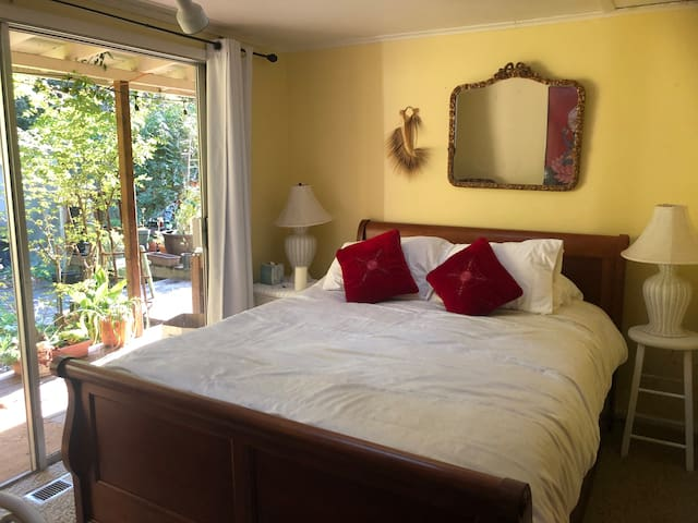"Redwood forest retreat! ""Morning Rose Room"""