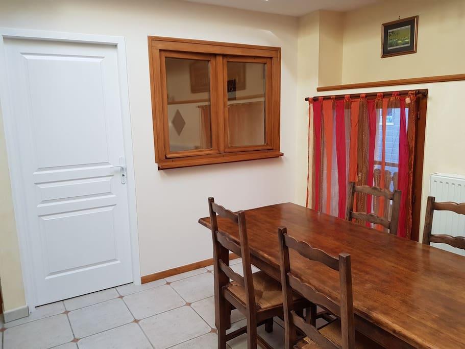 Salle à manger et entrée de la petite chambre