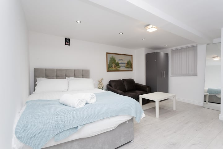 1 Bed, Sleeps 2- located Central Leeds Apartment