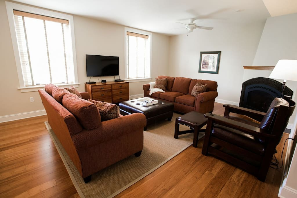 Spacious and newly decorated living room with flat screen TV (1 of 3)