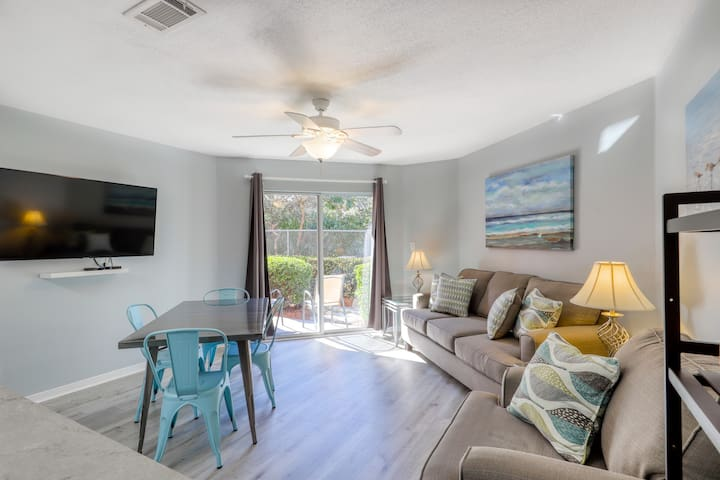 Trendy condo with full kitchen, shared pool, and easy beach access!