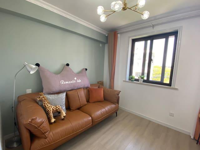 进口皮质沙发,舒适柔软,有投影仪,麻将,纸牌,各种桌游,闲暇时可在此休闲娱乐