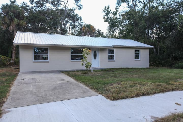 PET FRIENDLY and 10 minutes from the Beach!