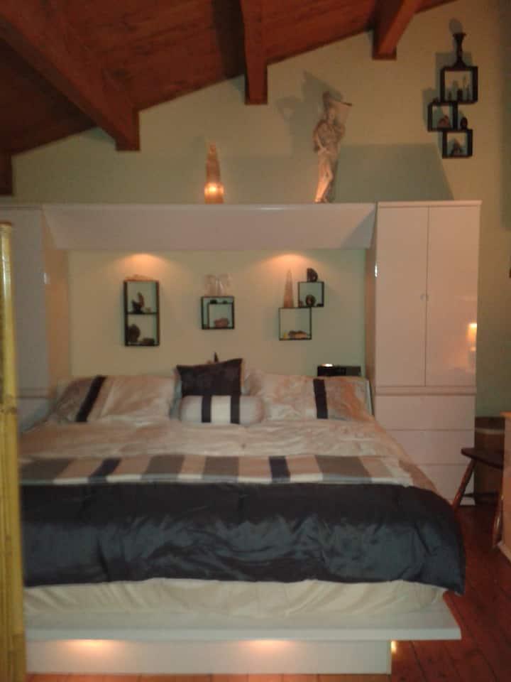 Grande chambre avec lit King et luminosité