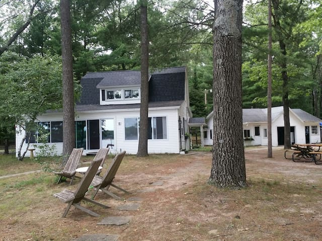 Four bedroom cottage with room for 11 to sleep, beautiful view of the lake.