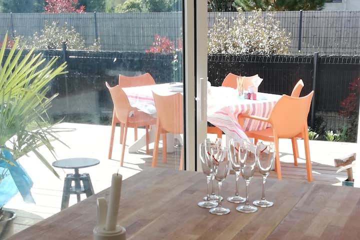 chambre lumineuse avec terrasse et piscine