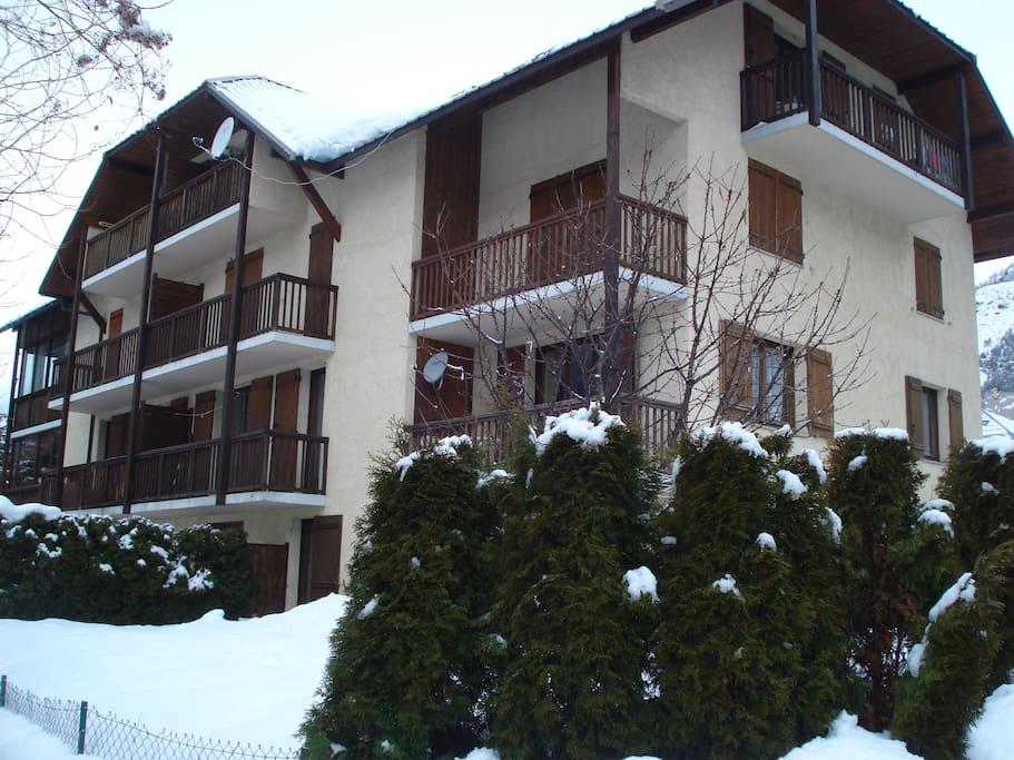 résidence jolie avec vue sur la montagne et la forêt de sapins, recouverte de neige l'hiver