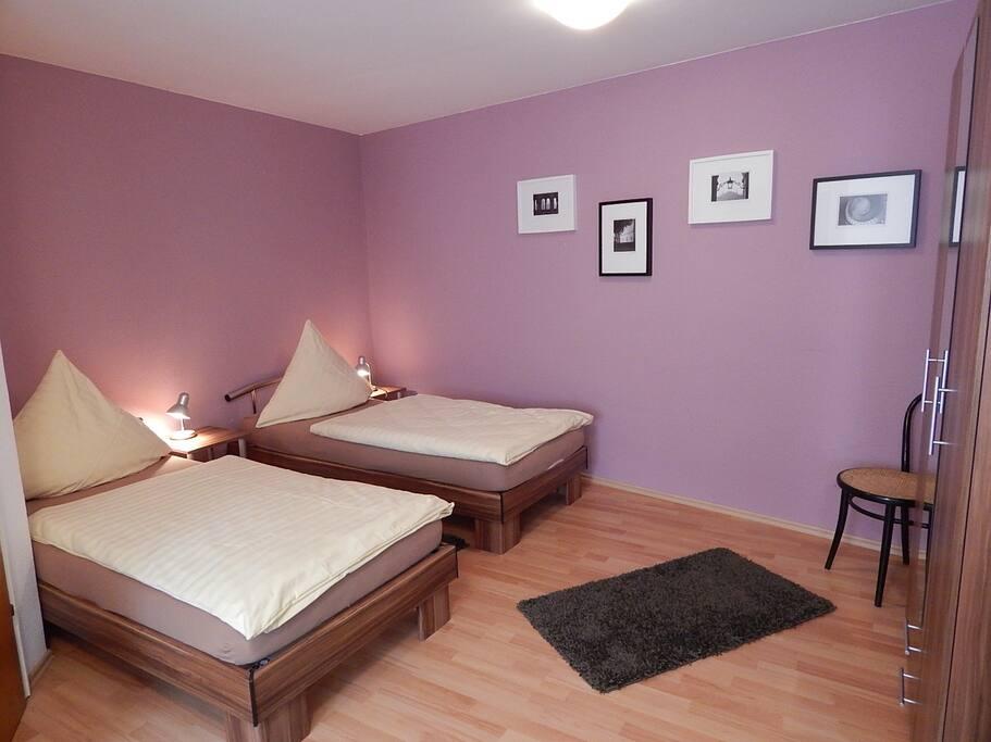 Das Schlafzimmer der Wohnung mit 2 sehr guten Betten, gerne auch auf 3 Betten aufstockbar.