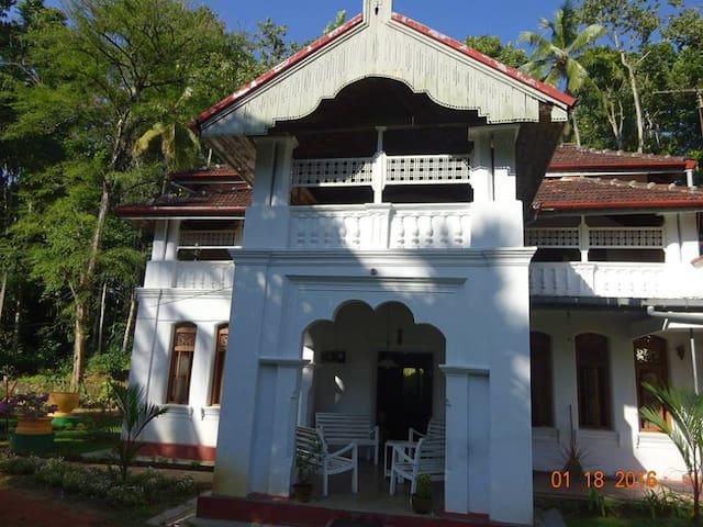 Kolonial/Land Haus