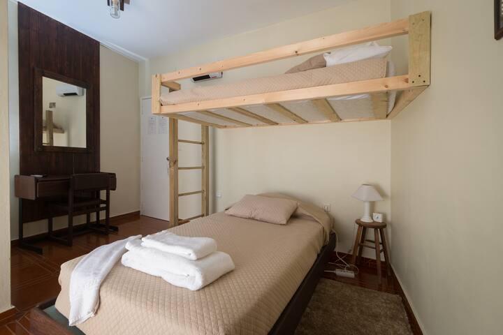 Quarto de duas camas sobrepostas c/WC