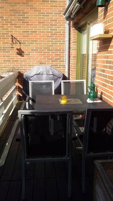 Solrig og stor terrasse