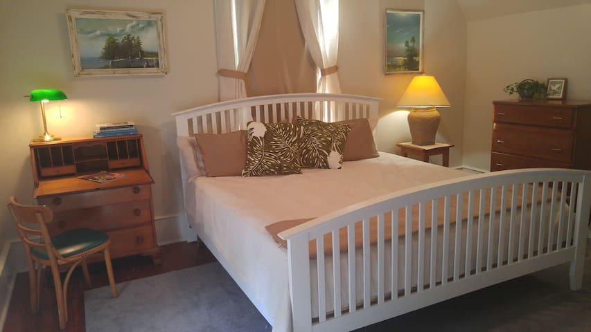 Spacious room/suite in 1890's restored farmhouse - Tallahassee - Casa