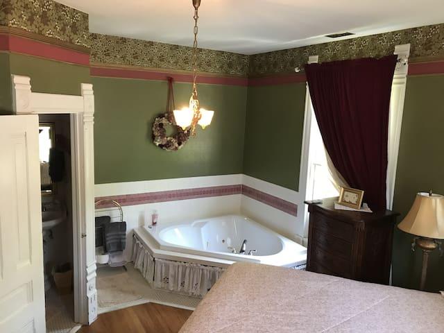 Charming Victorian B&B - Nathaniel Hawthorne Room