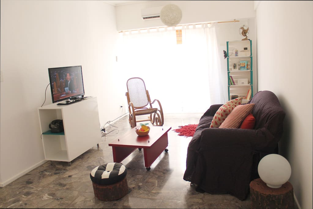 Living con Smart TV 32'', Aire Acondicionado, teléfono y wifi