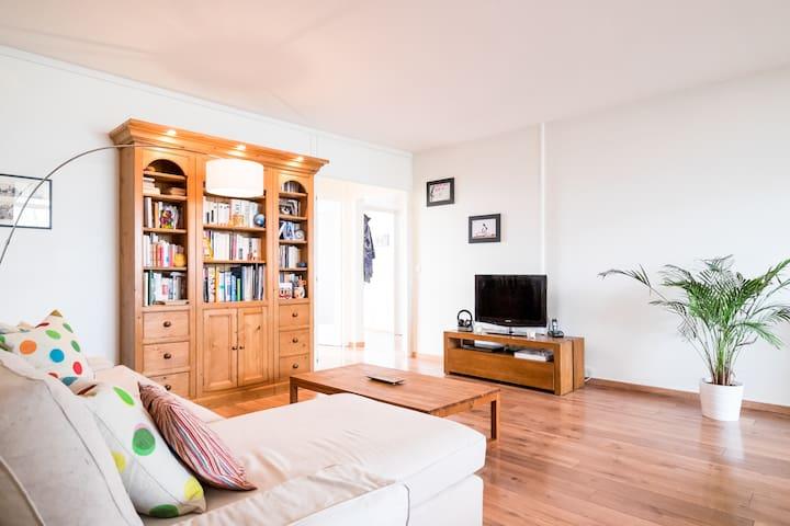 Chambre meublée donnant sur terrasse