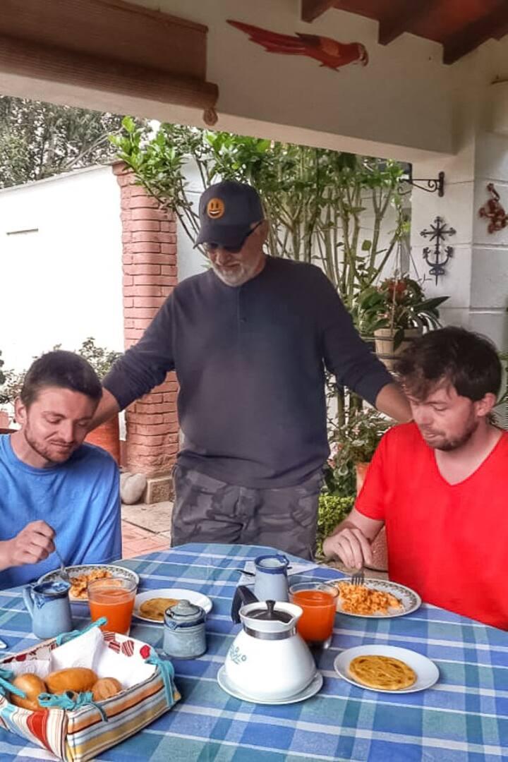 Tomando el desayuno