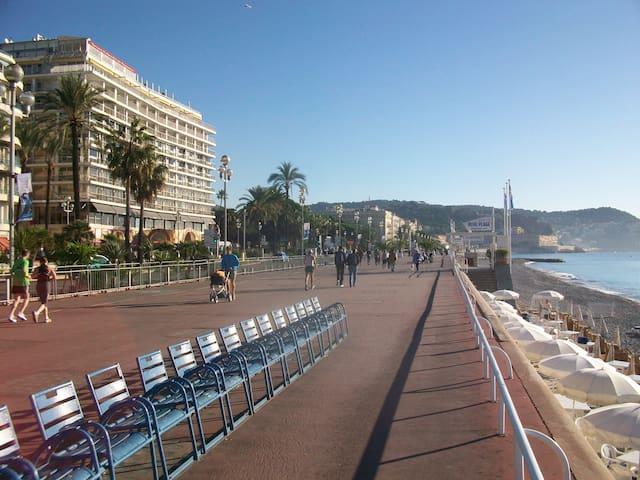 Nizza centro, appartamento a 50 metri dal mare.