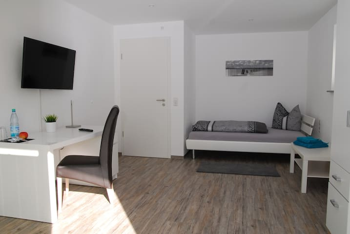 Spacious & Modern Single Room - Friedrichshafen - Apartmen