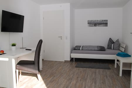 Spacious & Modern Single Room - Friedrichshafen - Apartment