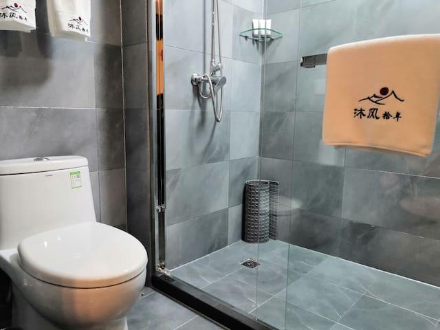 沐风拾年·相守   整栋房子为清代官宅,把室外保持原貌,室内进行改造布置,设施设备五星级酒店标准。