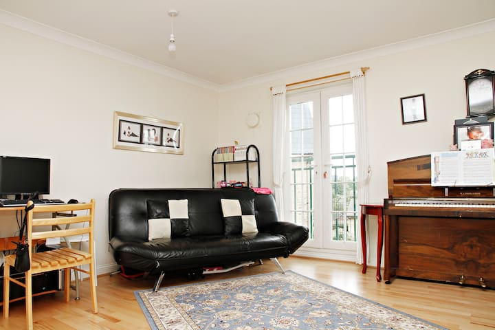 Ensuite Double Room in a Light & Airy Flat.