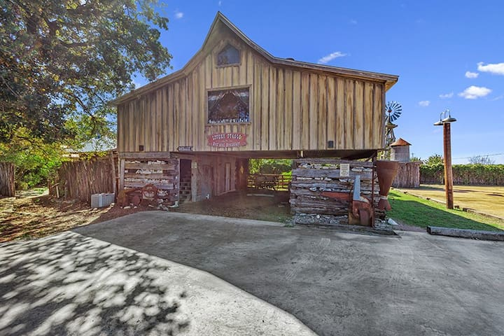 Absolutely Charming Livery Stable, 2/1 Cabin, Close to Town, Whirlpool Tub!