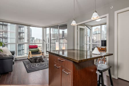 Introductory Pricing! This cool and comfortable one bedroom apartment is just steps away from all of the action of downtown Vancouver. Extra blow up mattress included, for a 2nd bed.  Close to the Seawall, train, shopping, the beach and Stanley Park!