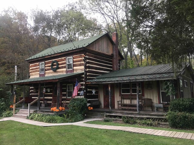 Cozy Cabin along stream 20 minutes from PSU