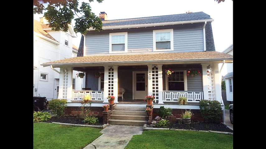 Dutch colonial Century home Charm - Cleveland - House