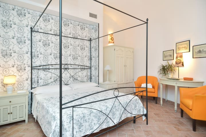 Elegant suites close TREVI FOUNTAIN