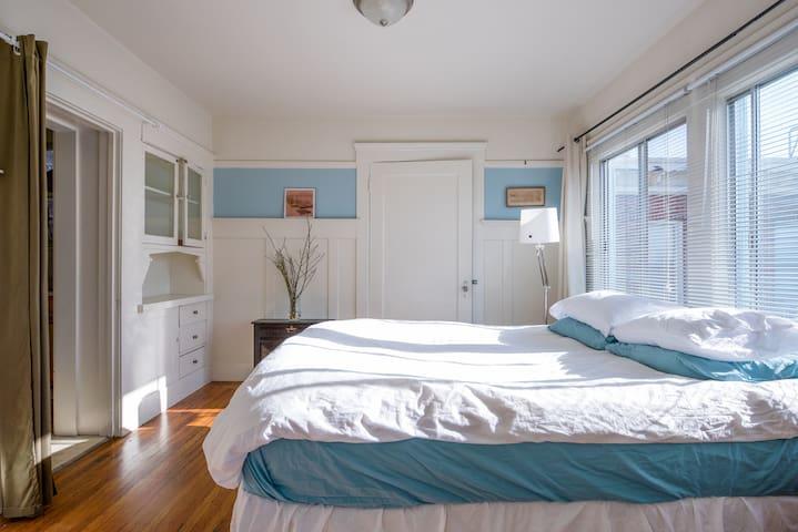 Sunny Lake Merritt 1-BD apartment