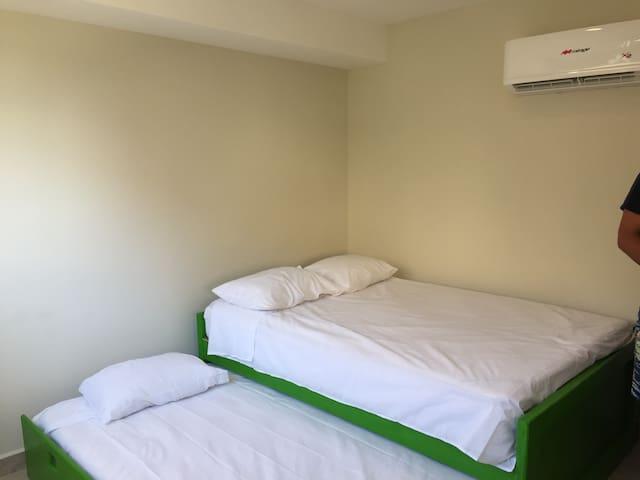 Dos habitaciones amuebladas,climatizadas, una con balcón