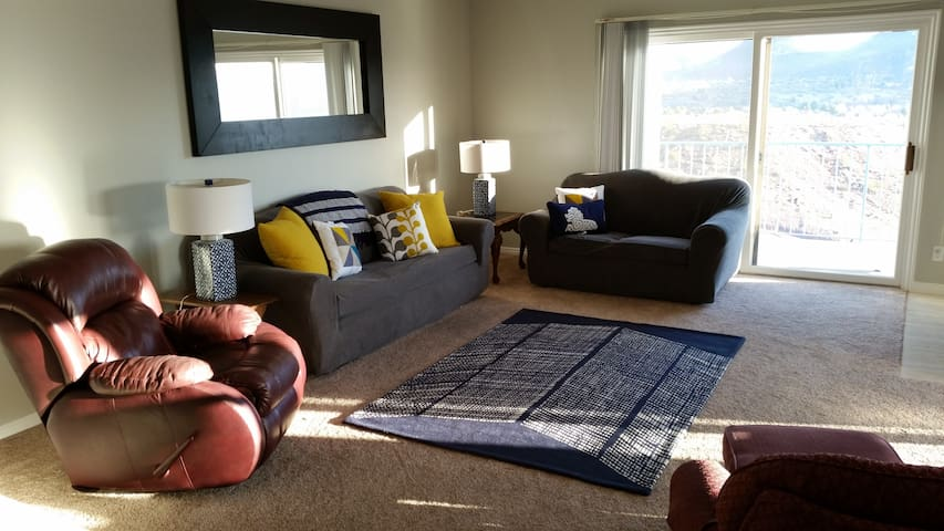 Newly Remodeled 3 bed, 2 bath Condo