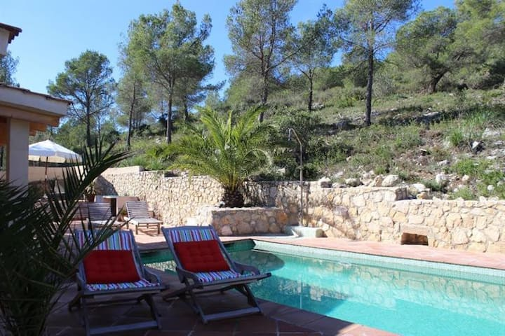 Luxurious villa, pool, Sitges beach (8' drive)!