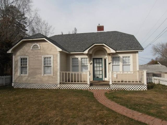 Spacious Bungalow Close to Downtown