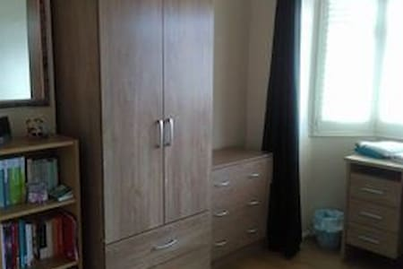 Comfortable bedroom in a 3 bedroom detached house - Peterborough