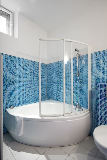 Main bathroom with shower/tub combination