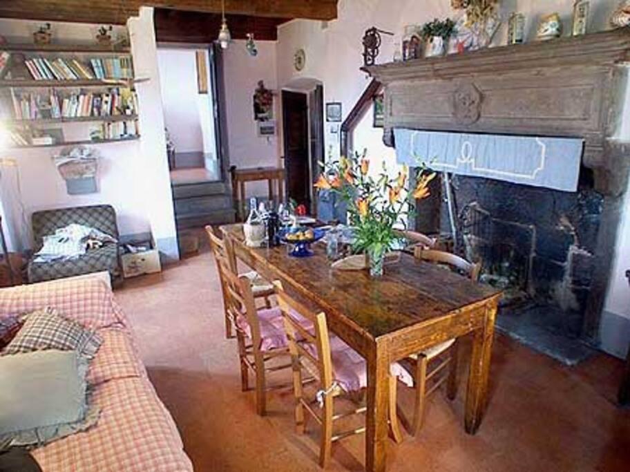 L'enorme camino gigliato caratterizza il salone, un tempo utilizzato come cucina della casa.