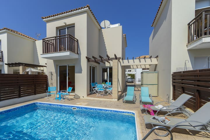 Villa Verena, 3 min walk to the beach, Modern