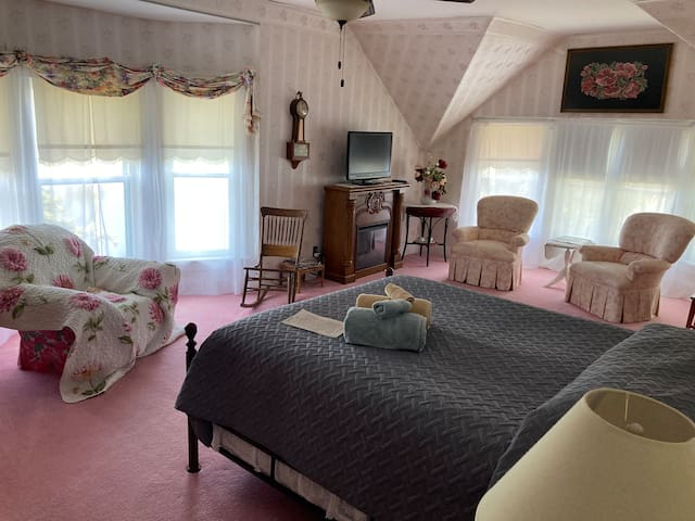 Master Bedroom Queen bed 300 square feet with 7 windows overlooking the Warroad River TV, WiFi, ceiling fan and on the 2nd floor